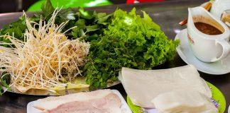 Lát thịt heo luộc được cắt mỏng và ép với hai đầu mở rất độc đáo.